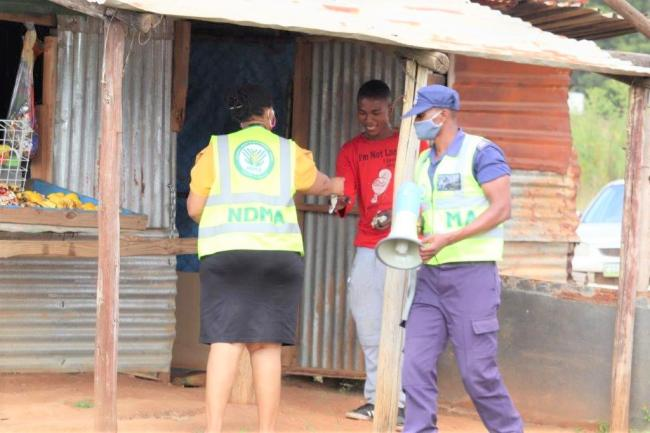 Malkerns vendor receives mask from Manzini Covid-19 team